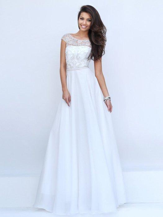 Белое длинное платье.