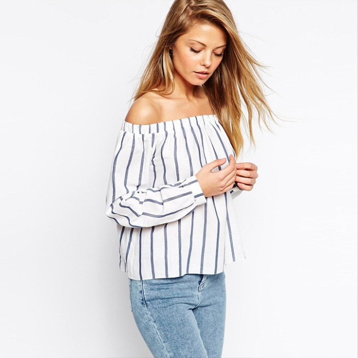 Блузка с джинсами.