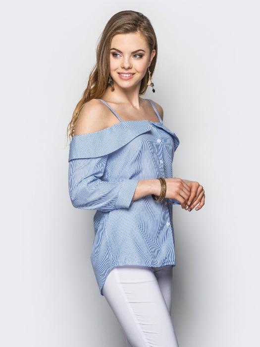Блузка голубого цвета.
