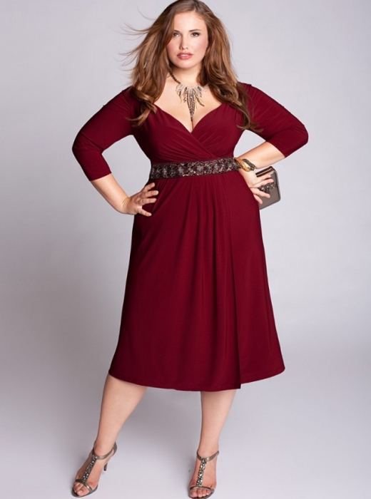 Бордовое платье.