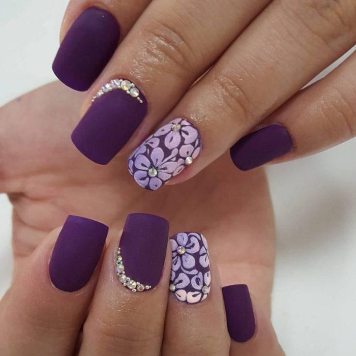 Фиолетовый маникюр.