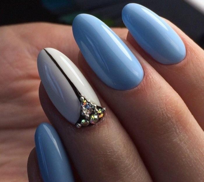 Голубые ногти с акцентом.