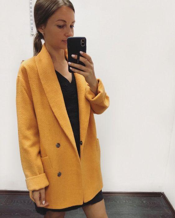Пальто горчичного цвета.