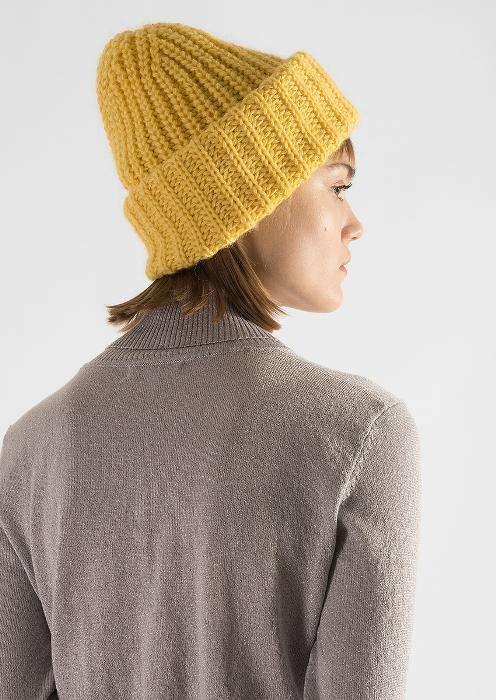 Желтая шапка.