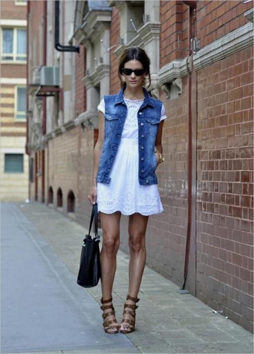 Платье с джинсовым жилетом.
