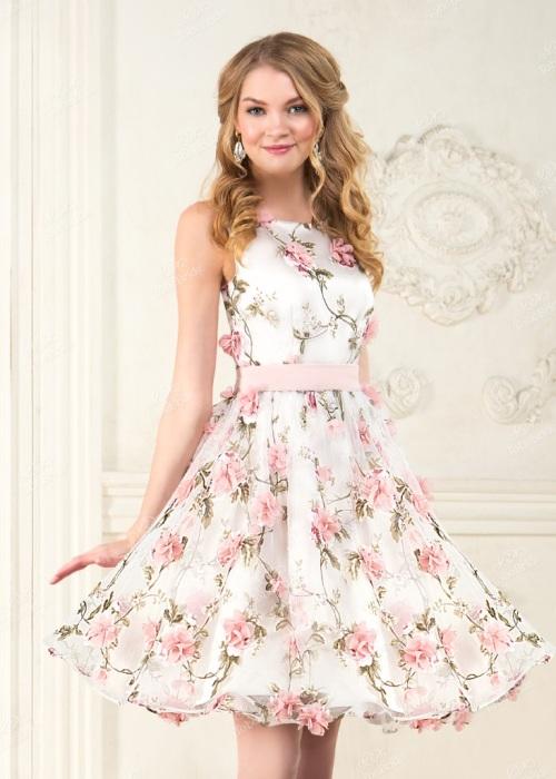 платье в цветочном принте.