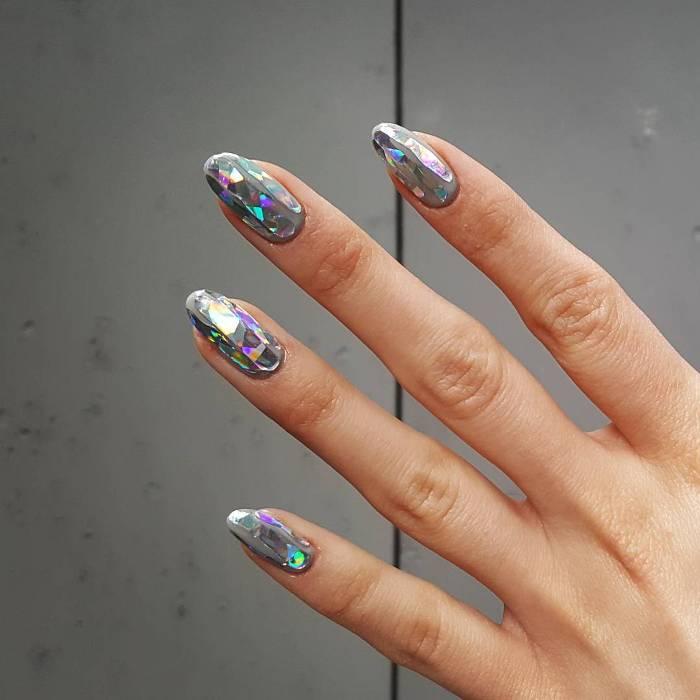 Длинные ногти.