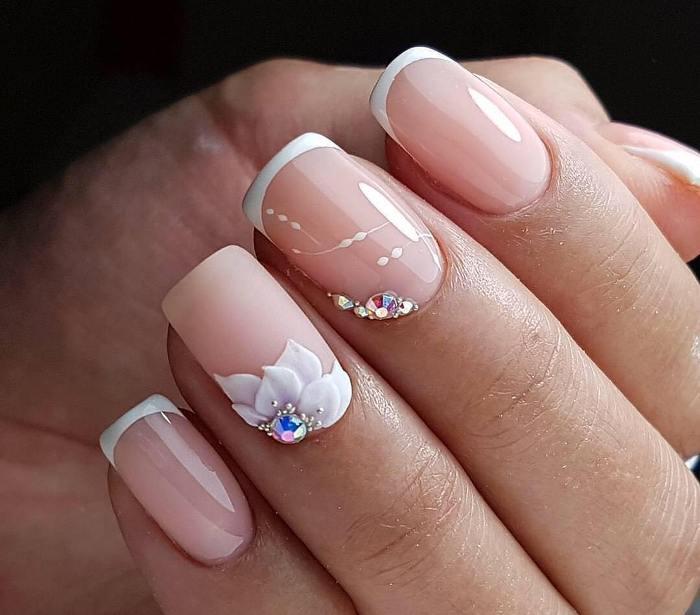 Цветы и стразы на ногтях.
