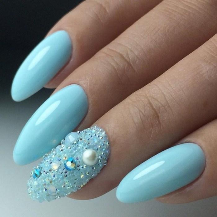 Дизайн ногтей с голубым маникюром.