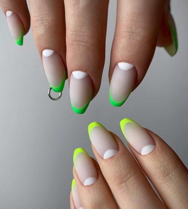 Неоновые ногти.