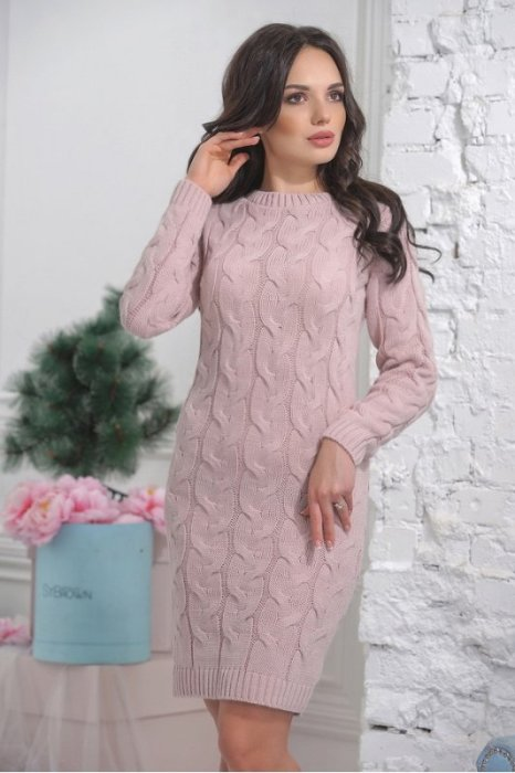 Розовое вязанное платье.