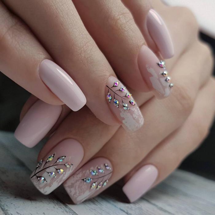 дизайн ногтей со стразами.