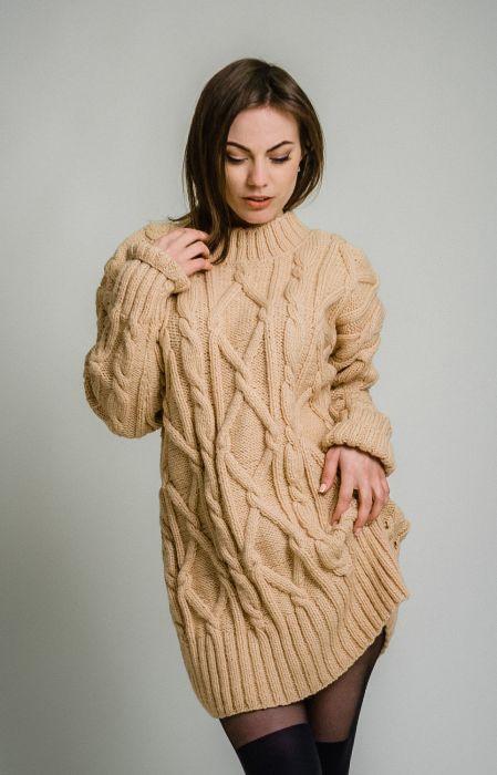 Бежевое платье-свитер.