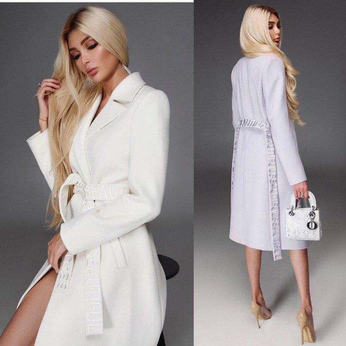 Белое пальто.