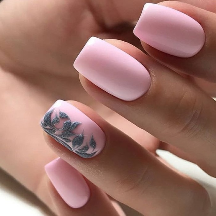 Розовый цвет ногтей.