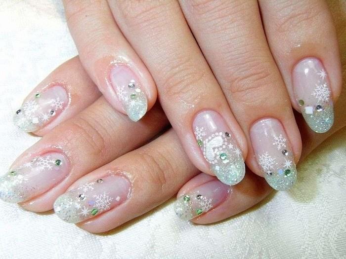 Снежинки на ногтях.