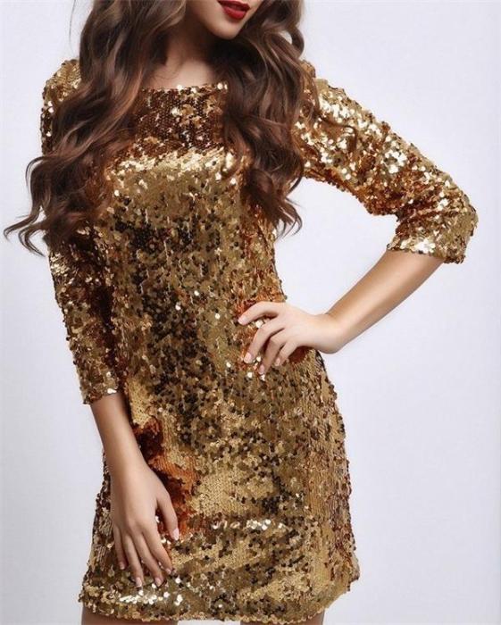 платье с пайетками с длинными рукавами.