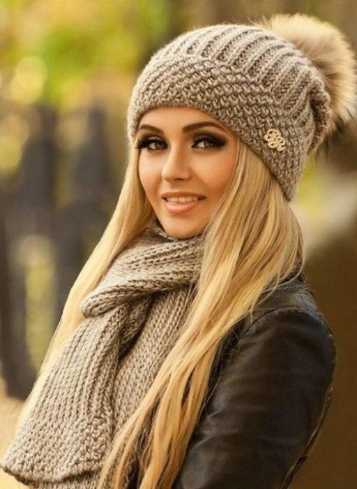Вязанные шапки и шарфы.