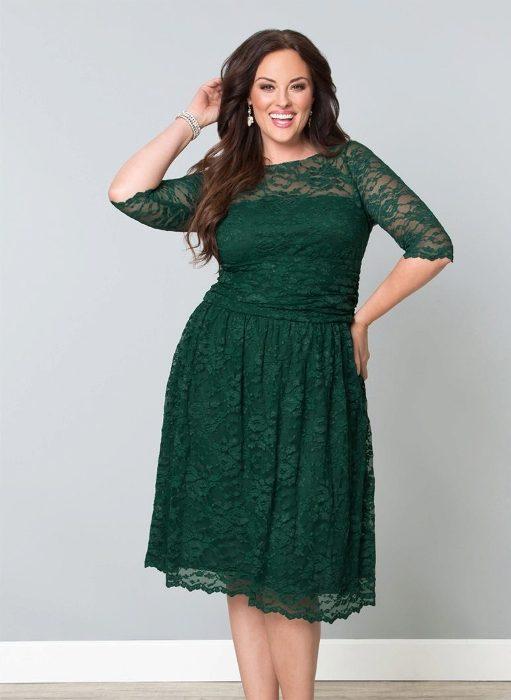 платье с кружевами.
