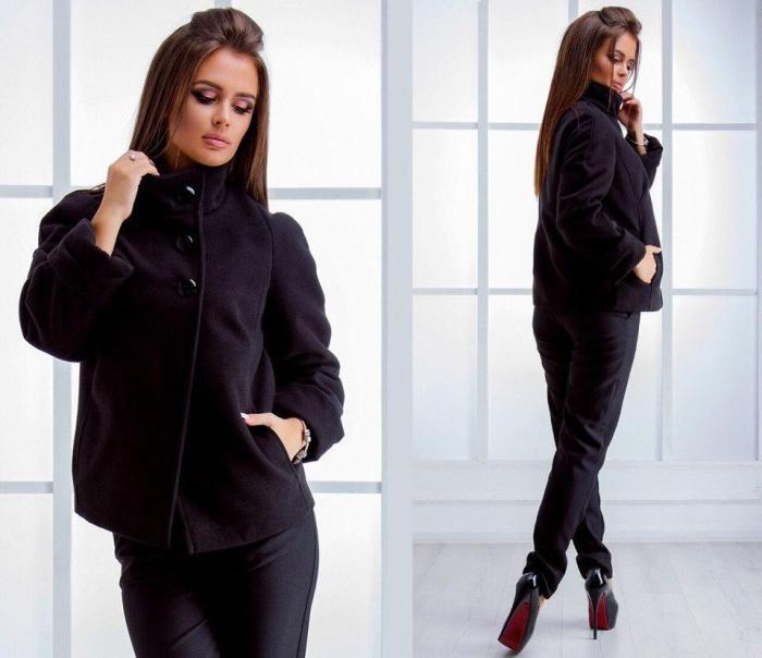 Короткое черное пальто.