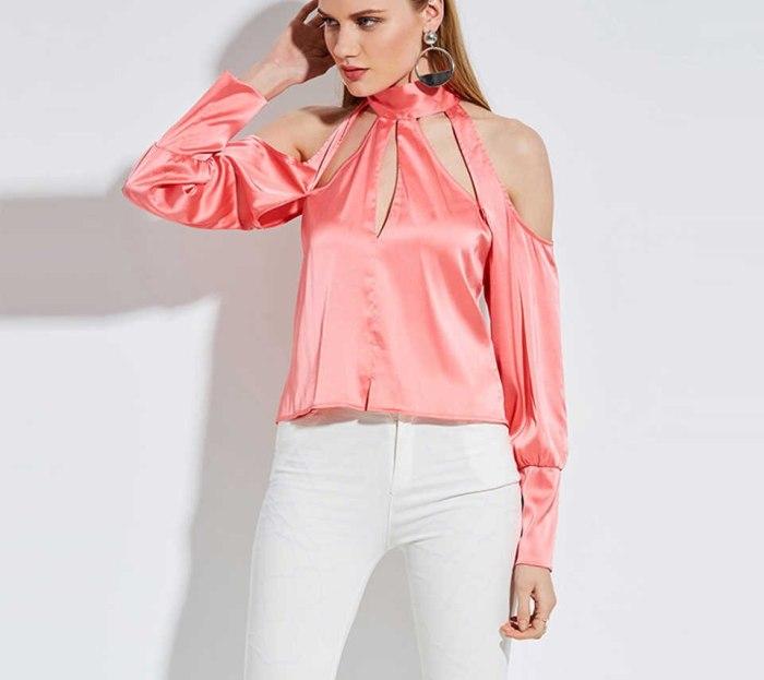 Атласная блузка с открытыми плечами.