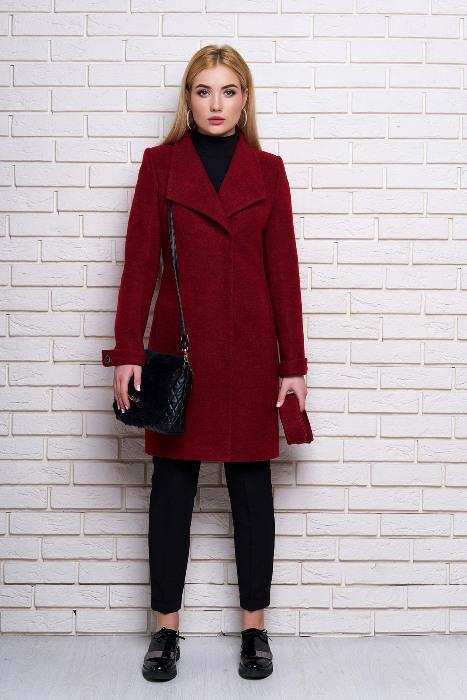 Бордовое пальто.