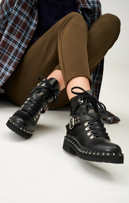Черные ботинки.