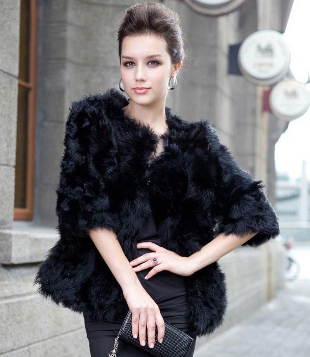 Черная меховая куртка.