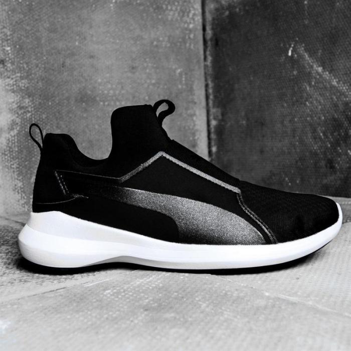 кроссовки с футуристическим дизайном.