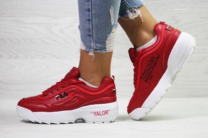Красные кроссовки.