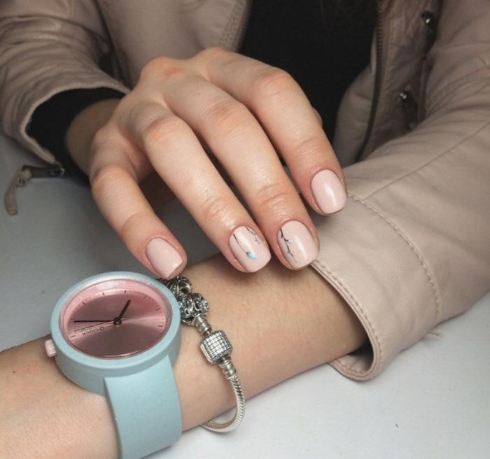 Минимализм на ногтях.