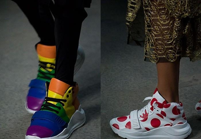 кроссовки с принтом.