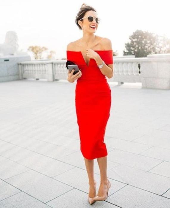 Красное платье кроя миди.