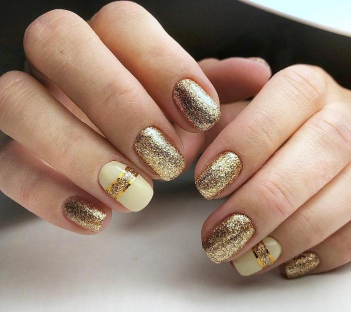 Золотистый блеск на ногтях.