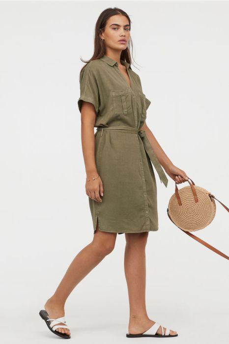 платье-рубашка цвета хаки.