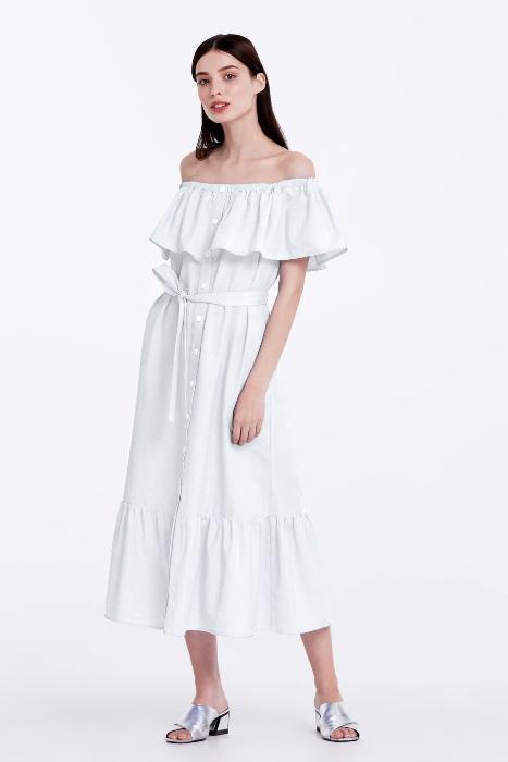 Длинное белое платье.