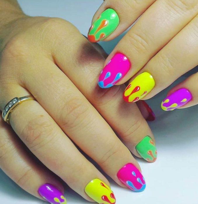 Разноцветные ногти.