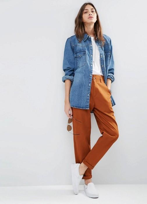 коричневые брюки.