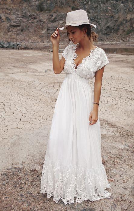Белый длинный сарафан.