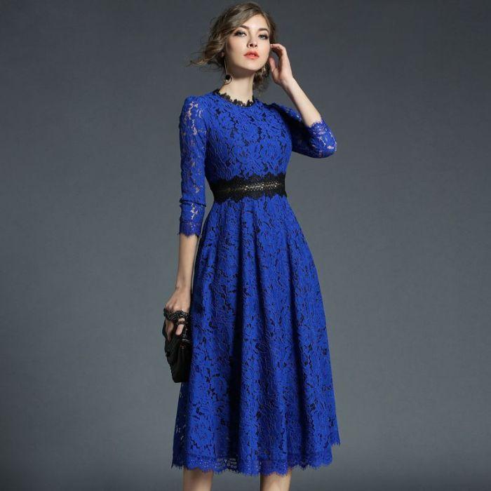 Синее кружевное платье.