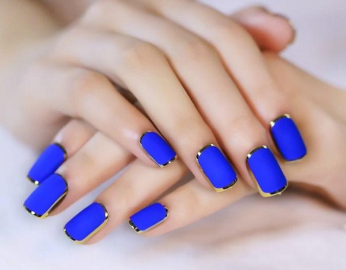 Синий маникюр.
