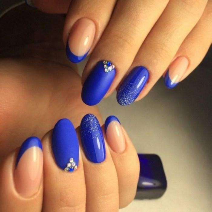 Синие ногти.