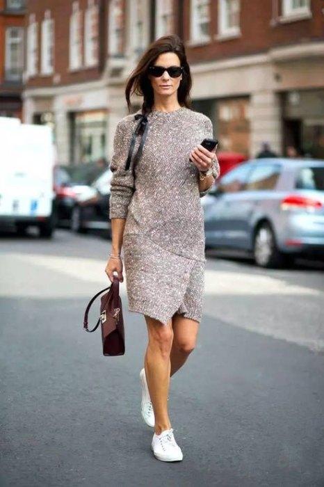 Платье с кроссовками.