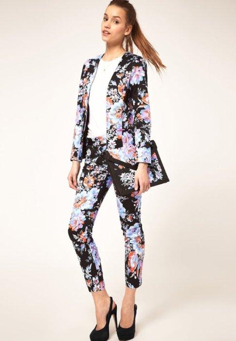 Брючный костюм цветочным принтом.