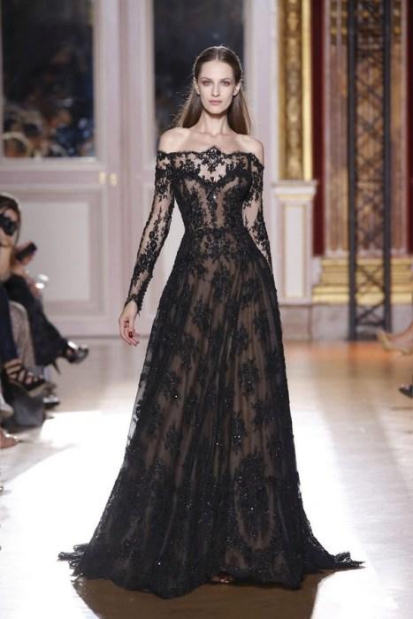 Черное длинное платье.