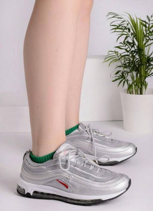 кроссовки с металлическим блеском.