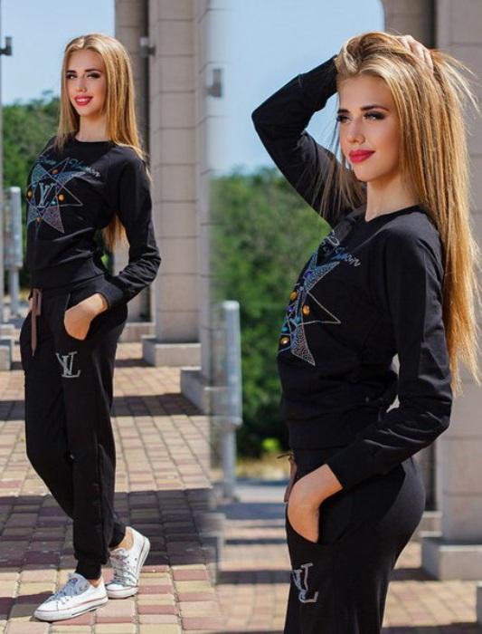 Черный костюм.