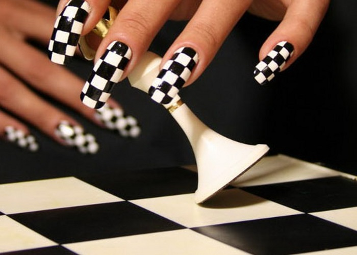 Шахматная доска на ногтях.
