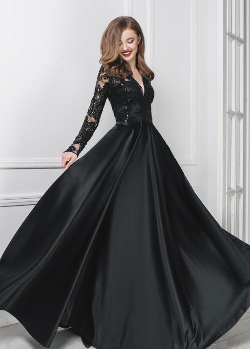 Черное платье из атласа.