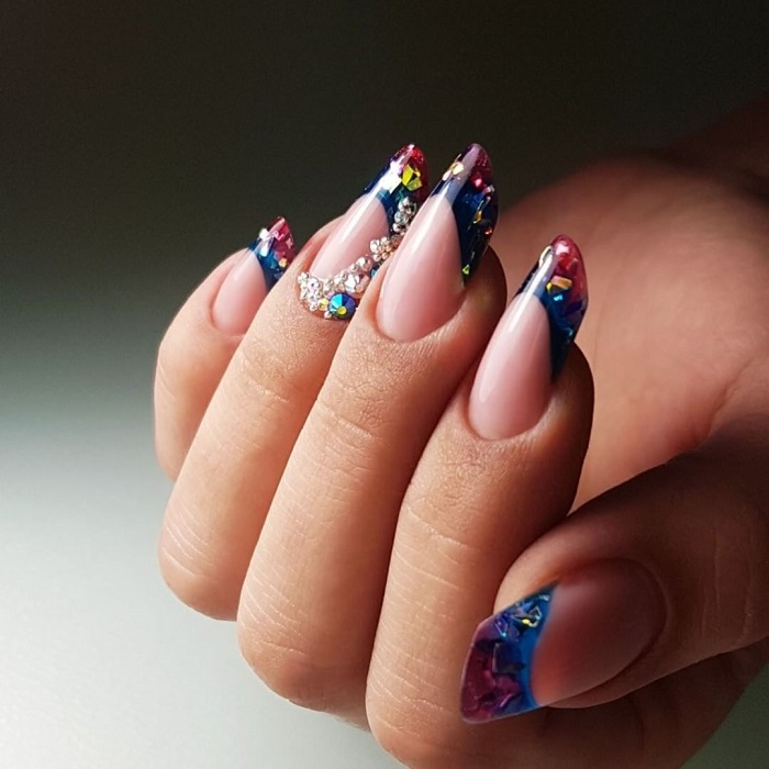 Яркие ногти.